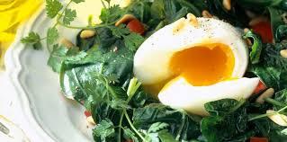 cuisiner epinard frais poêlée d épinards frais aux pignons et oeufs mollet pas cher