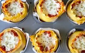 cuisiner moule garnit un moule à muffin avec des lasagnes et de la sauce sa