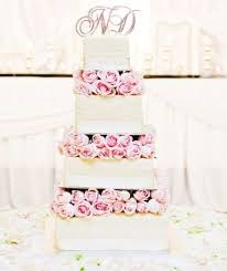 wedding cake tiers 21 wedding cakes with flowers between the tiers weddingomania