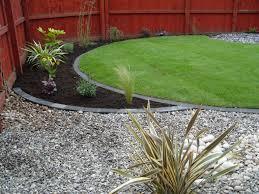 snygg markering mellan gräsmatta och rabatt med sten tycker om