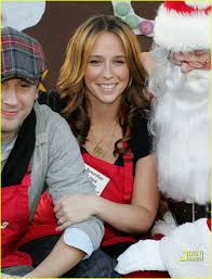 jennifer love hewitt pitches in on christmas eve photo 817731