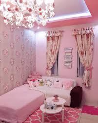 wallpaper dinding kamar vintage ruang tamu shabby chic minimalis dengan warna cat pink dipadu dengan