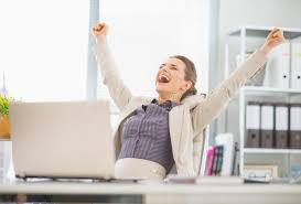 femme de bureau femme heureuse d affaires dans le succès de réjouissance de bureau