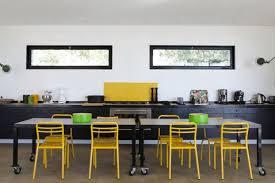 cuisine noir et jaune déco cuisine ouverte meubles et table noir crédence jaune