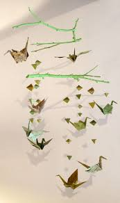 papier peint pour chambre gar輟n faire un mobile en papier origami et des branches en bois