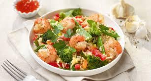 cuisiner des pois mange tout wok de crevettes tigrées et pois mange tout