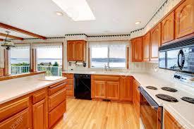 cuisine couleur miel lumineux grande cuisine avec puits de lumière l eau et la couleur