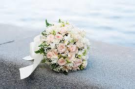 fleurs blanches mariage bouquet de mariage fleurs blanches et roses mariage image stock