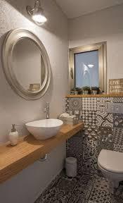 wandgestaltung gäste wc gäste wc mit muster fliesen und holzwaschtisch haus bad