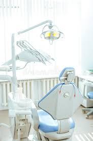 siege dentiste vue verticale d une salle de dentiste avec le siège bleu photo