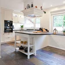 moderne landhauskche mit kochinsel helle klassische landhausküche mit kochinsel und verkleideter