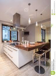 maison de travertin cuisine avec la tv image stock image du