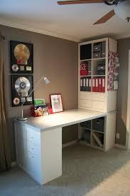 chambre de travail chambre avec bureau un plan de travail posé sur un kallax 4 cases et