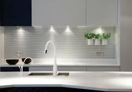 panneau credence cuisine design interieur crédence cuisine graphique panneau lambrissé blanc