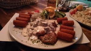 cuisine z wieprzowina z sosem grzybowym i krokietami ziemniaczanymi ร ปถ าย
