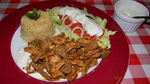 cuisine familiale economique assiette kebab épicé et sa sauce blanche à la menthe ou dorüm