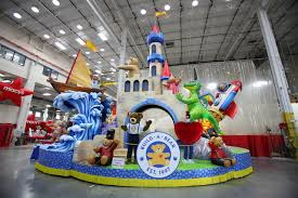 thanksgiving day parade see this year s 10 new balloons floats