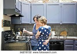 lesbienne dans la cuisine banque de photo lesbienne cuisine dans cuisine bld218132
