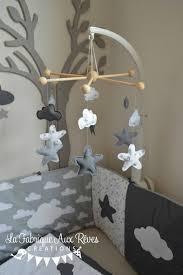 decoration nuage chambre bébé linge lit bébé et décoration chambre bébé nuages et étoiles gris