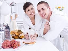 les amoureux de la cuisine sourire amoureux dans la cuisine photographie valuavitaly 3159531