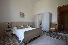 carrelage chambre chambre sobre dans les tons gris beige avec carrelage floral