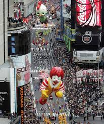 macy s thanksgiving day parade fills streets of new york in 2004