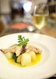 cuisine napolitaine filet de mulet sur légumes frais parfait exemple de la cuisine