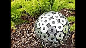 garten dekorieren ideen 20 sommerliche garten deko ideen mit bowlingkuggeln zum