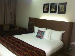 canapé king size grand lit king size et canapé photo de emerald hotel pristina