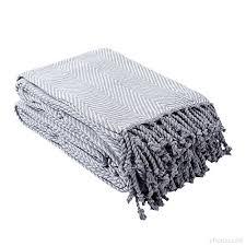 plaid gris canapé plaid ou jeté de canapé halden uni gris à motif chevrons en coton