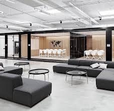 floor and decor corporate office sfeer en kleuren met dat lichte hout en beton grijs en zwart