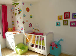 idée deco chambre bébé touches de couleurs avec les cercles et les cadres sur un mur