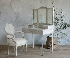 Vintage Style Vanity Table White Stained Wooden Make Up Table With Set Of Folding Mirror And