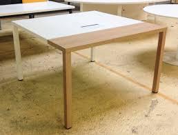 bureau carré bureau carre en bois melamine placage blanc et placage chene clair