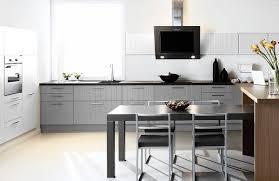 cuisine grise et cuisine grise et tv photo 6 25 une table de 4 personnes bien