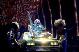 Miley Cyrus Twerk Meme - miley cyrus kicks off bangerz tour with stripping twerking and