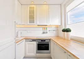 kche wei mit holzarbeitsplatte kleine küche in u form in weiß mit holz arbeitsplatte