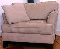 nettoyage de canapé nettoyer un canapé en velours ou en daim guide astuces
