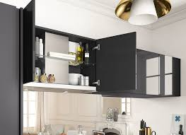cuisine en noir cuisine moderne noir et bois ouverte ambiance rétro mobalpa