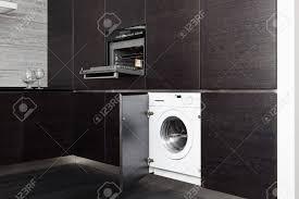 machine a laver dans la cuisine construire dans la machine à laver et une cuisinière sur la cuisine