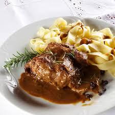 cuisiner le lapin en sauce recette lapin aux petits oignons et vin