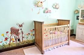 pourquoi humidifier chambre bébé la chambre de bebe mur bleu pale turquoise avec une biche dessinee
