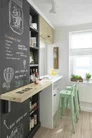 wandtafel küche deko tipps schwarze tafel bar grüne stühle weinglas weinflasche
