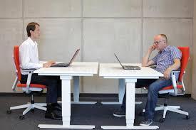 position au bureau position assise correcte et mauvaise au bureau photo stock image