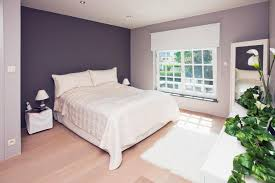 couleurs pour une chambre une chambre esprit atelier chic murs vert gris alignes avec la