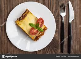 cuisine traditionnelle italienne lasagne une cuisine italienne traditionnelle sur un fond en bois