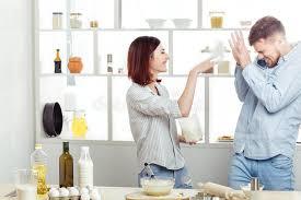 couples amour cuisine couples drôles dans l amour faisant cuire la pâte et ayant l