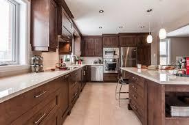 cuisine chaleureuse cuisine contemporaine en bois et comptoirs de quartz laval
