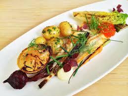 photo plat cuisine gastronomique plat gastronomique avec le poisson et les légumes de la perche