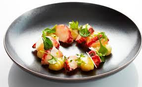 comment cuisiner un homard homard breton cuit doucement au beurre noisette parfumé aux baies de